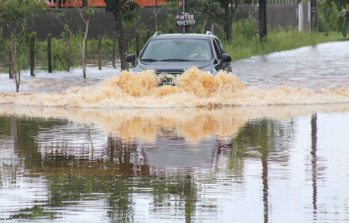 Carro atravessando enchente