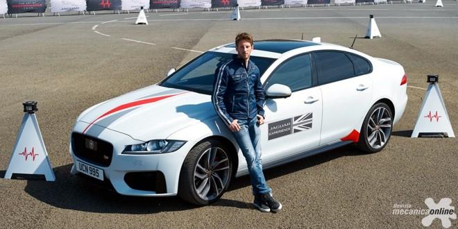 Você conseguiria superar o piloto de fórmula 1 Romain Grosjean em um Jaguar XF?