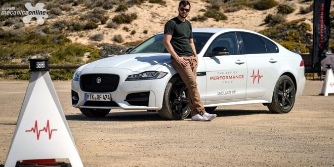 Ator Nicholas Hoult aceita desafio do novo Jaguar XF All-Wheel drive