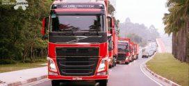 Papai Noel a bordo de caminhões Volvo