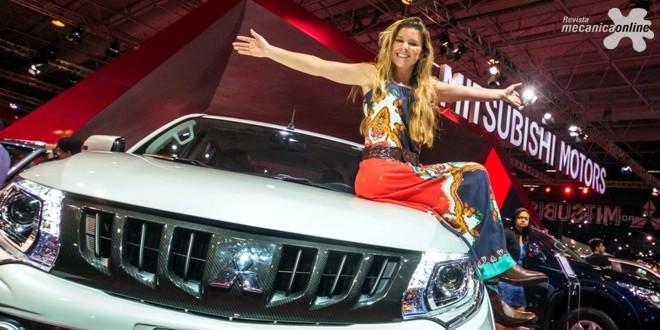 Gabriel Medina e Karina Oliani recebem fãs e lotam o estande da Mitsubishi no Salão de SP