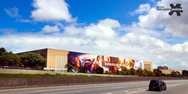 """""""Inspirada na sua vida"""" é o tema do novo painel da fachada da fábrica da Volkswagen, na rodovia Anchieta (SP)"""