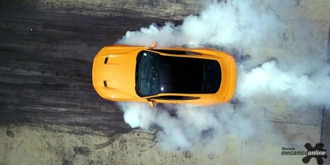 """Ford mostra em vídeo até onde pode chegar para """"encantar"""" o fã do Mustang com arrancada de """"queima de pneus"""""""