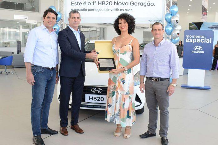 Da esquerda para a direita: Paulo Daltin, gerente-geral da HMB Tai; Angel Martinez, vice-presidente comercial da Hyundai Motor Brasil; Raphaela Tozatto Eleuterio, primeira compradora do HB20 Nova Geração; e José Braz Neto, acionista e diretor do Grupo Líder